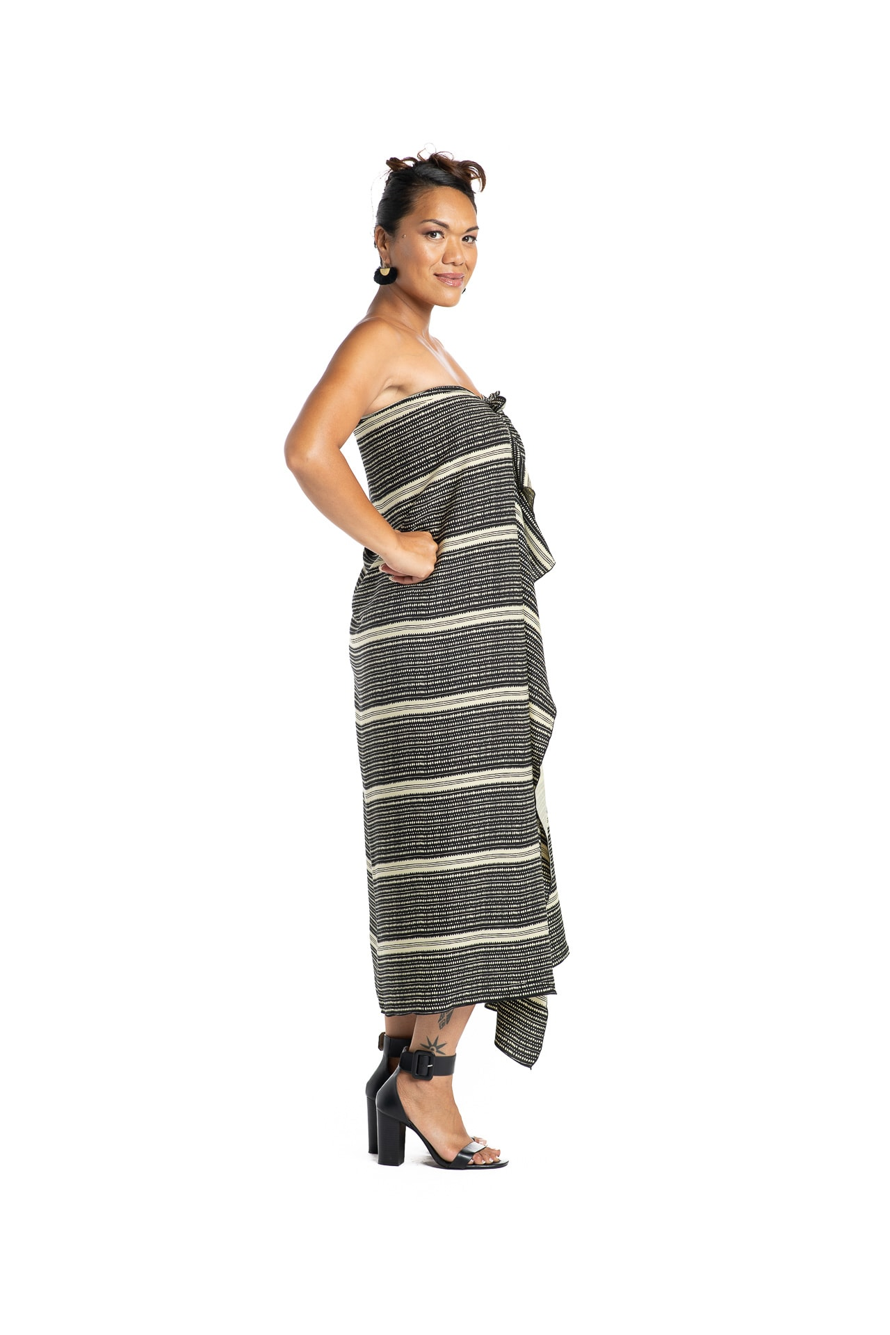 Model wearing Pareo in Hoonionio Sage Green and Black - Side View
